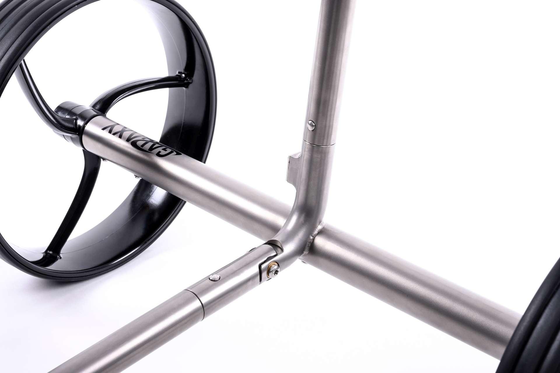 GALAXY Titan Elektro Golftrolley Achssystem Laengsachse und Querachse mit Reifen und Felgen im Detail