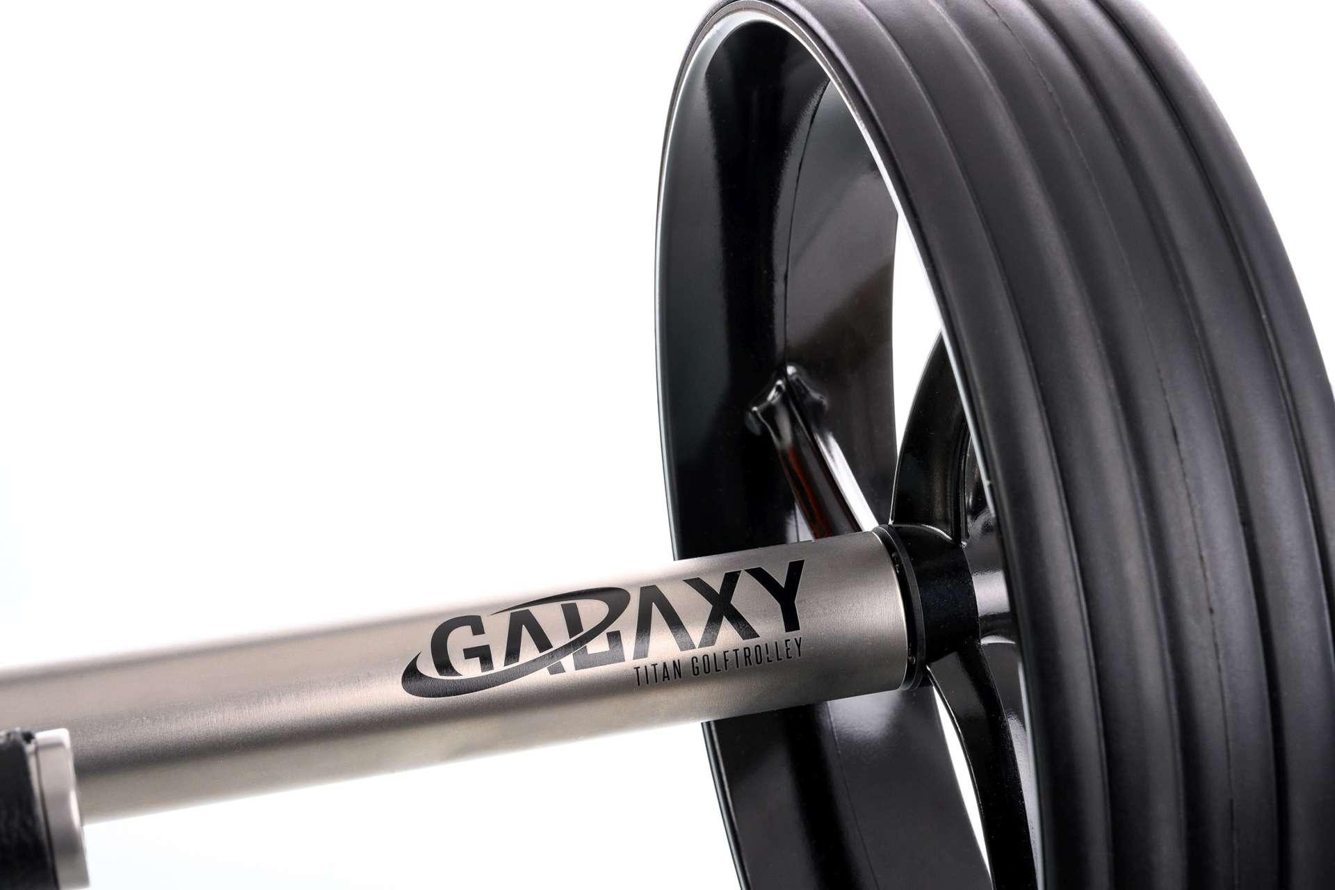 GALAXY Titan Elektro Golftrolley Motorroehre mit Logo und Reifen im Detail