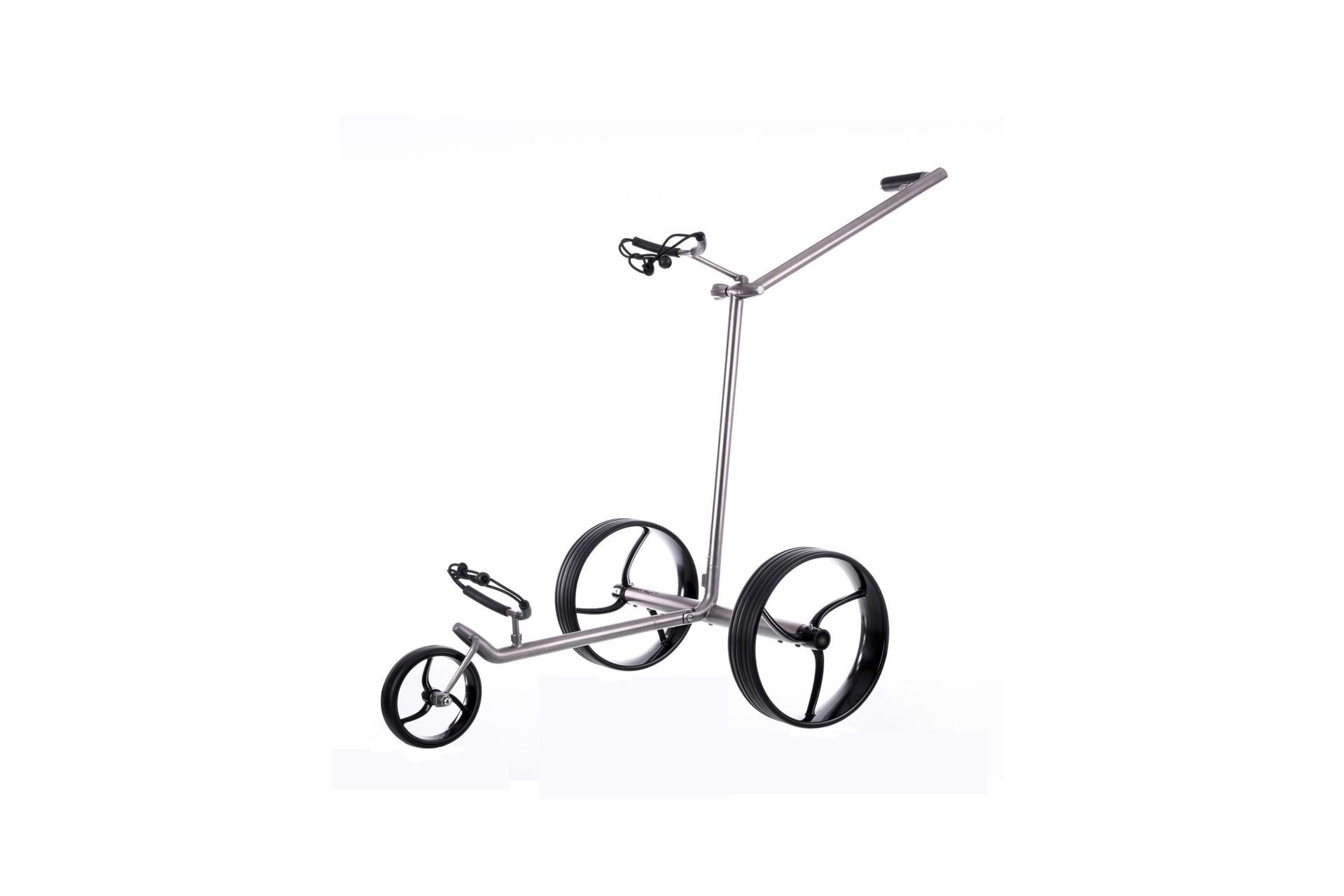 GALAXY Titan Elektro Golftrolley vor weissem Hintergrund in Szene gesetzt